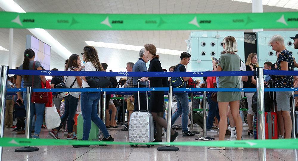 Pasajeros haciendo cola en el aeropuerto de Barcelona, España