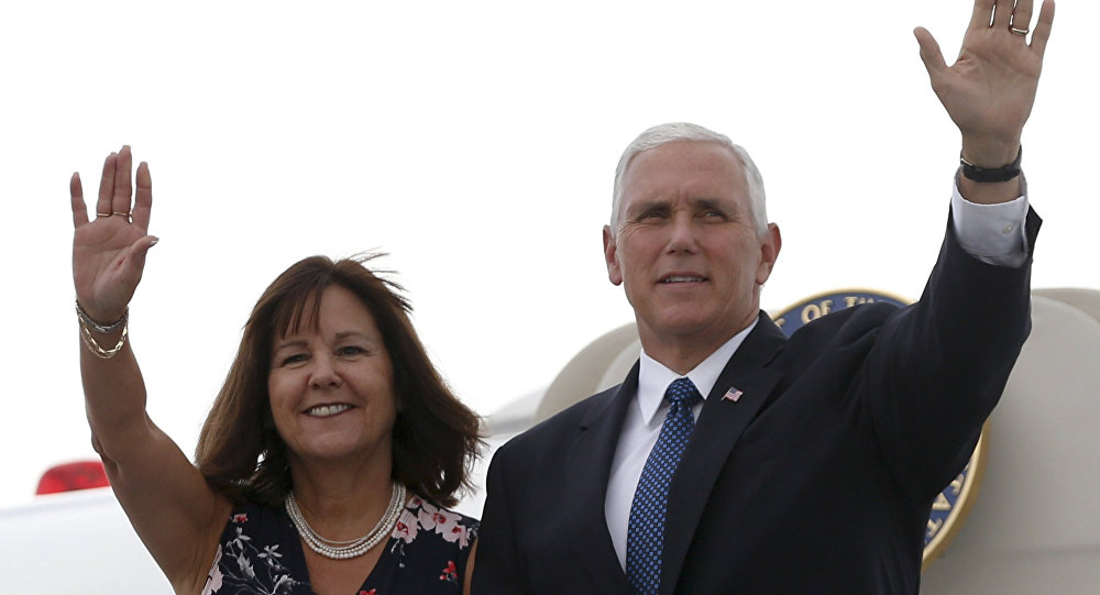 Mike Pence, vicepresidente de EEUU, junto a su mujer al llegar a Cartagena, Colombia