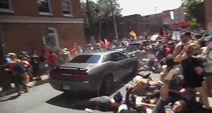 Un automóvil embiste contra manifestantes