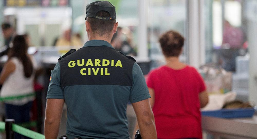 Agente de la Guardia Civil en el aeropuerto de Barcelona