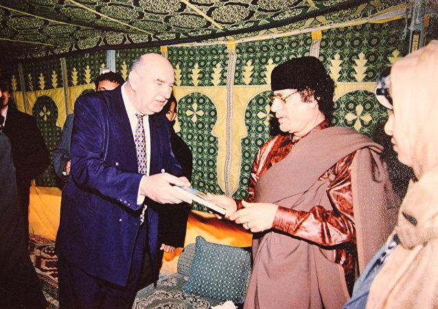 El doctor serbio Novak Vukoje y el expresidente libio Muamar Gadafi