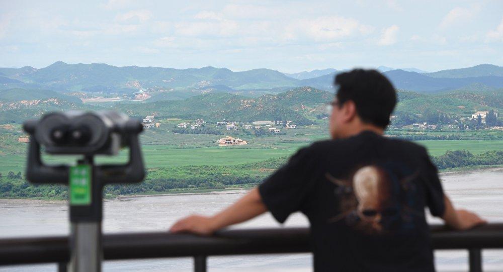 Un hombre en el punto de observación de Corea del Norte en Corea del Sur