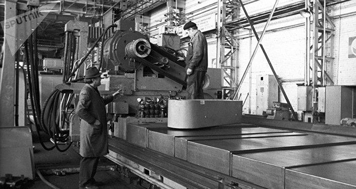 Obreros de una planta de la URSS
