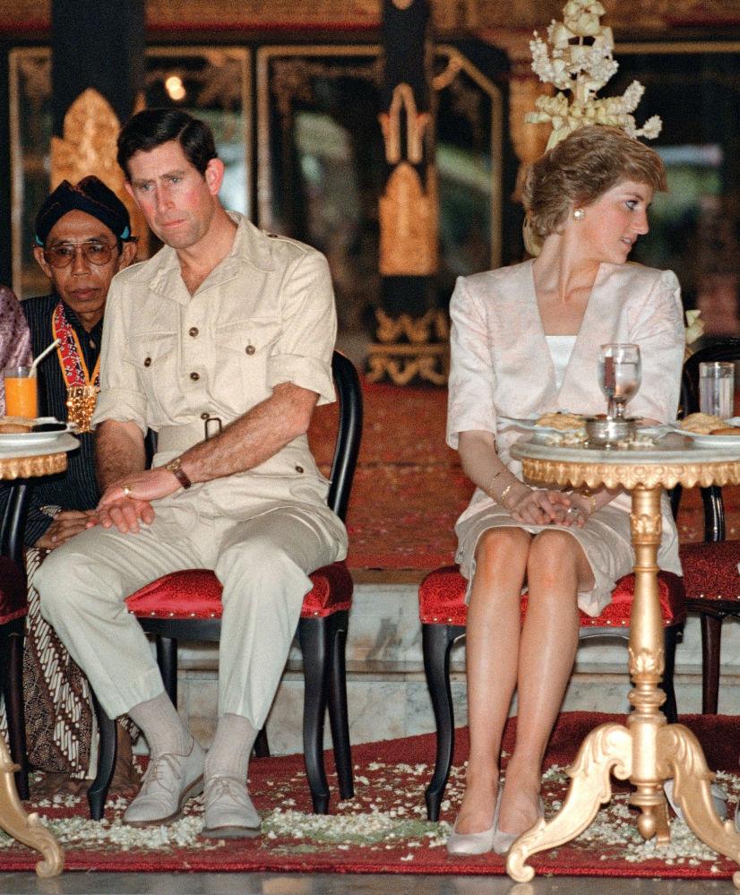 El príncipe y la princesa de Gales observan bailarines indonesios en Yogyakarta, en Indonesia, en 1989