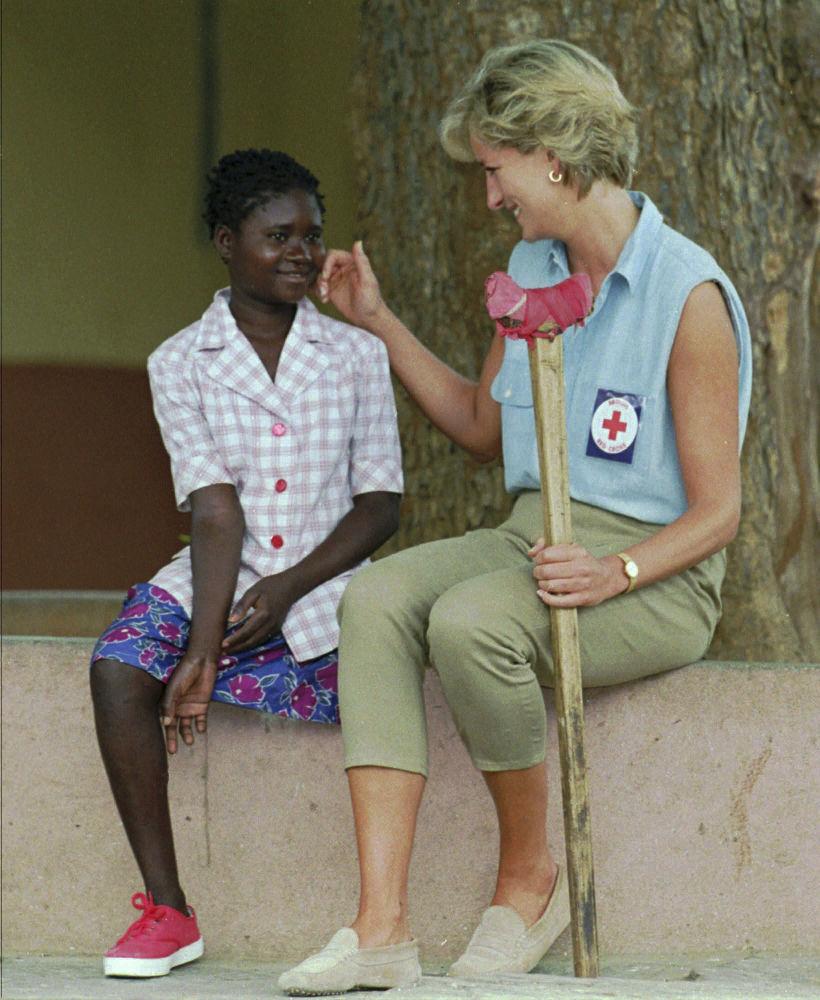 La princesa de Gales, Diana, y una niña angoleña que perdió una pierna a causa de una mina en 1994