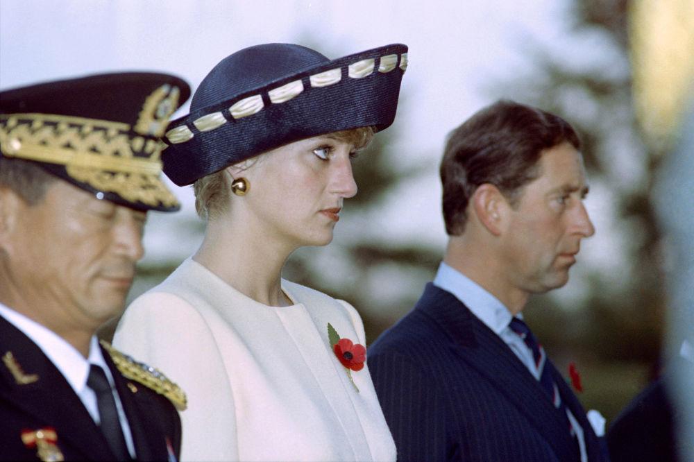 La princesa Diana y el príncipe Carlos durante su visita al Cementerio Nacional de Seúl, en 1992