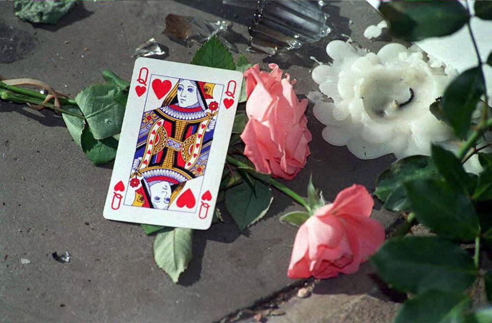 Un memorial improvisado en honor de la princesa Diana cerca del palacio de Buckingham, en 1997