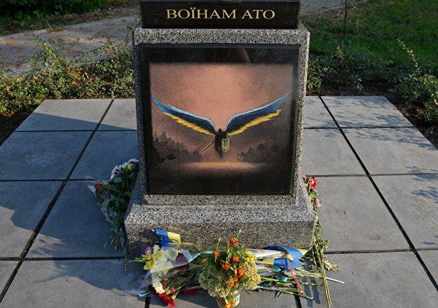 El fragmento de monumento a militares ucranianos