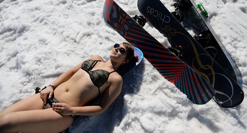 Una esquiadora en traje de baño en Siberia (archivo)