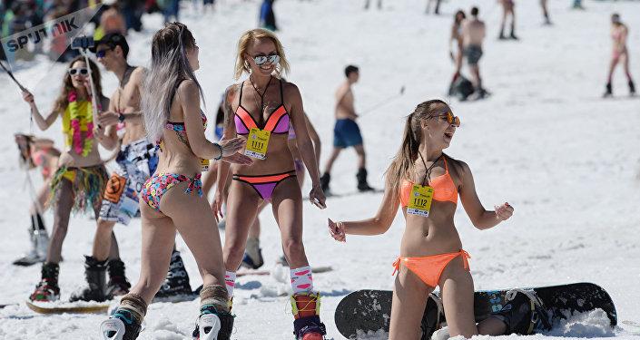Esquiadoras en traje de baño, en Sereguesh