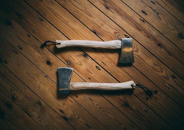 Unas hachas en la madera, imagen ilustrativa