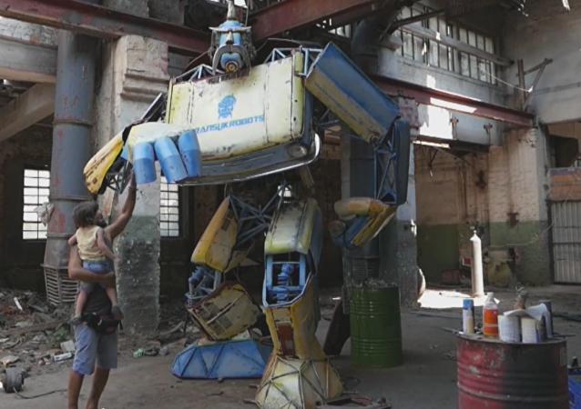 'Transformers' a la ucraniana: crean un enorme robot hecho con dos autos viejos