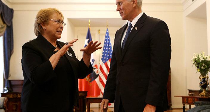 La presidenta de Chile, Michelle Bachelet, y el vicepresidente de los EEUU, Mike Pence