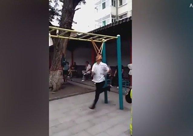 La sorprendente terapia de un chino para aliviar el dolor de espalda