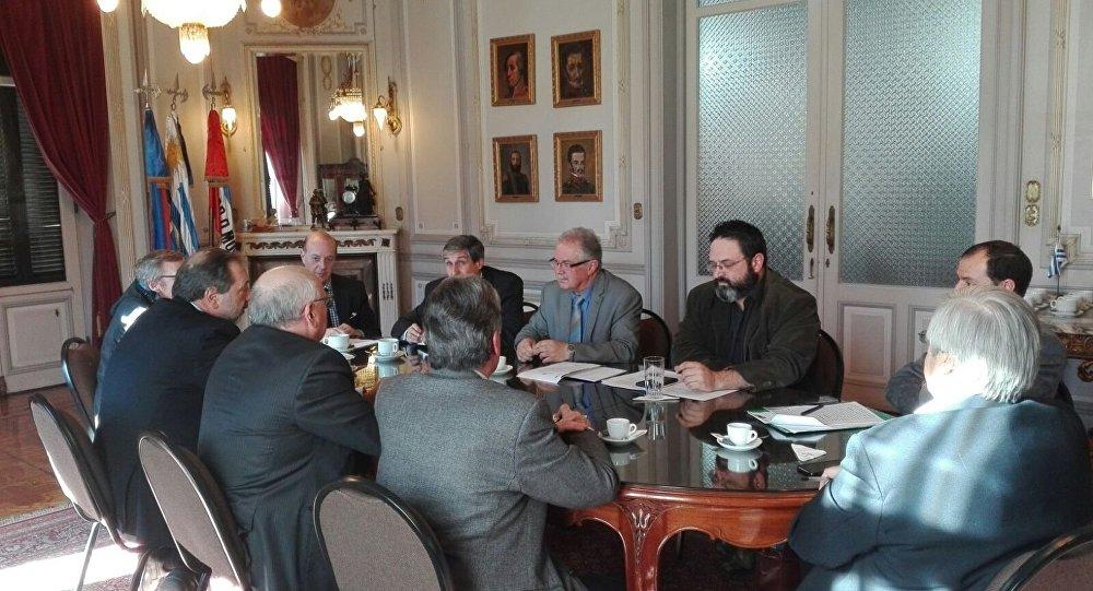 La reunión entre el ministro de Defensa de Uruguay, Jorge Menéndez, y los distintos partidos políticos del país sobre el destino de la escultura del águila del acorazado alemán Graf Spee