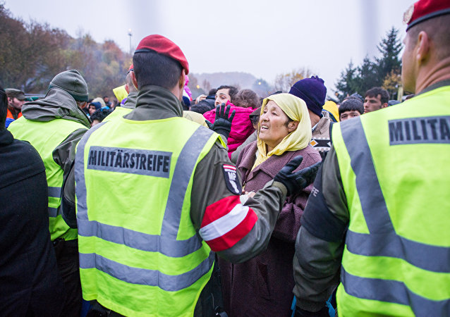 El ejército austriaco frente a una multitud de inmigrantes