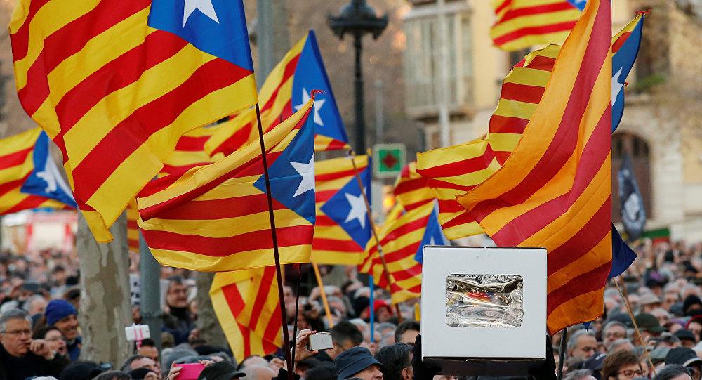 Catalanes alzando banderas independentistas (archivo)