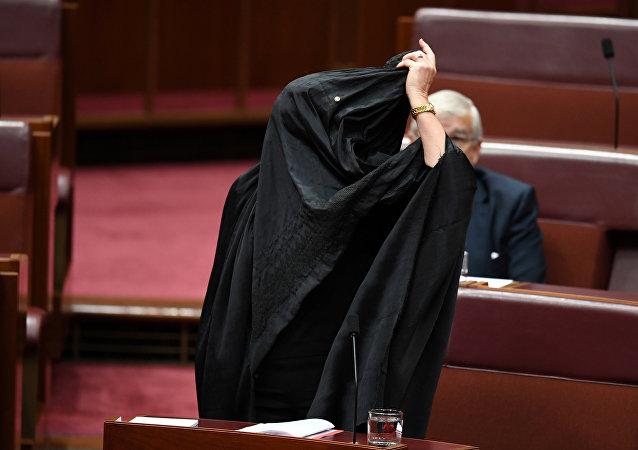 Pauline Hanson se quita un burka en el Parlamento de Canberra