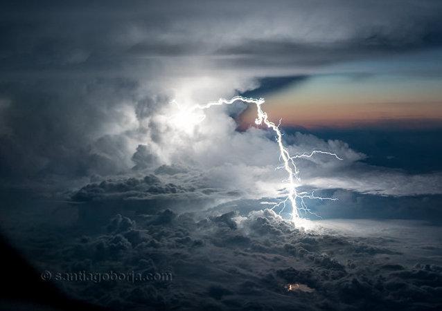 Tormenta captada desde la cabina de un avión