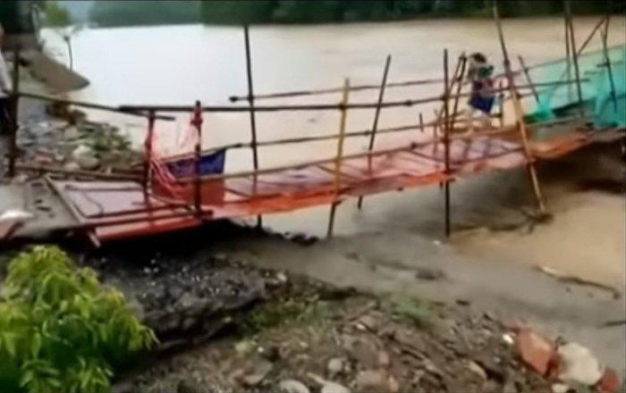 Una china salva la vida tras huir por un puente que poco después fue arrasado por las aguas