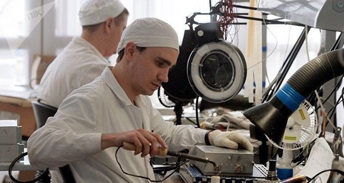 Un empleado de una fábrica mecánica de la ciudad rusa de Kazán
