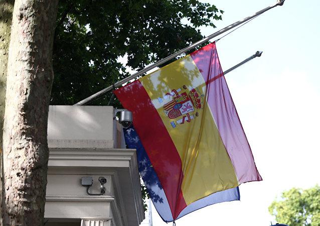 Las banderas de España y la UE izadas a media asta