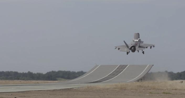 Un caza F-35 realiza pruebas en una rampa de salto