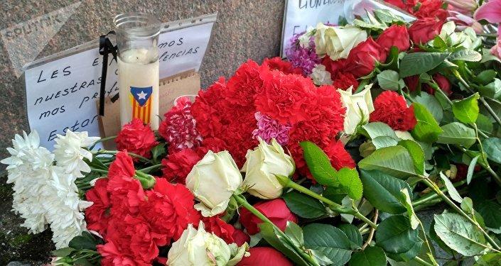 Flores en San Petersburgo, Rusia, en memoria de las víctimas del atentado de Barcelona, España