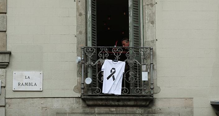 Camiseta con lazo negro por las víctimas del atentado de Barcelona, España