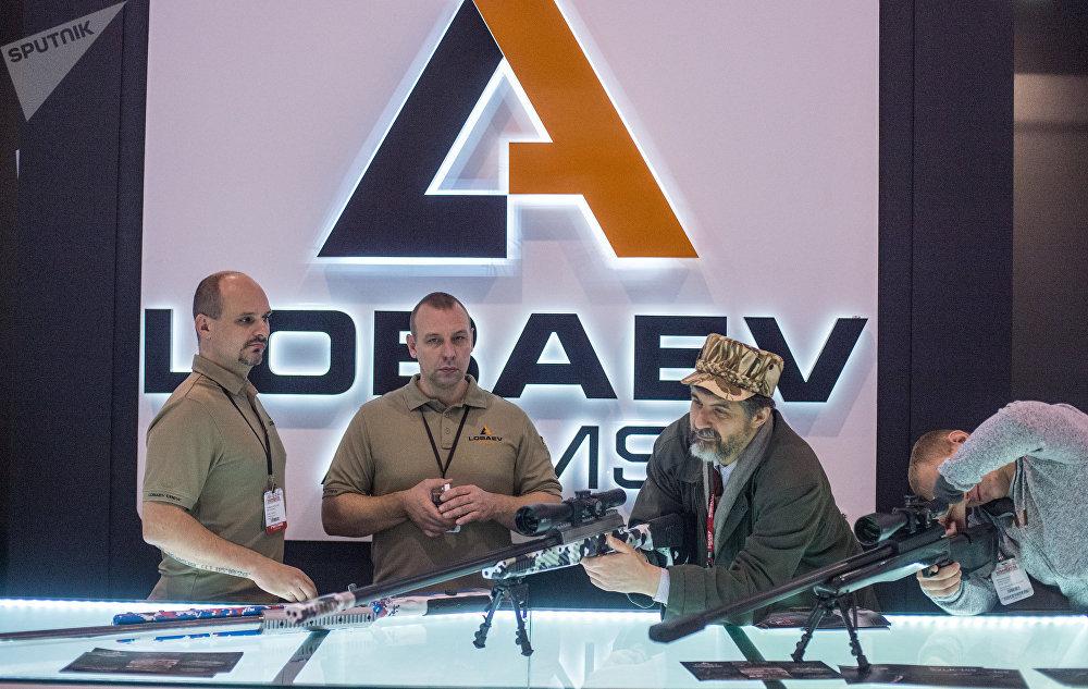 Los fusiles de francotirador SVLK-14S Sumrak en una exposición de armas en Rusia