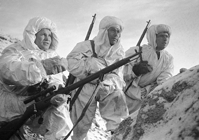 Vasili Záitsev, francotirador soviético (a la izquierda)
