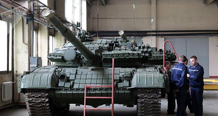 Un tanque T-72 en la planta de vehículos blindados de Lviv (archivo)