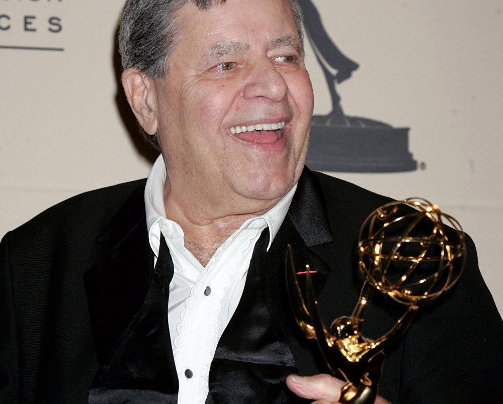 Jerry Lewis tras ganar un Premio Emmy en 2005