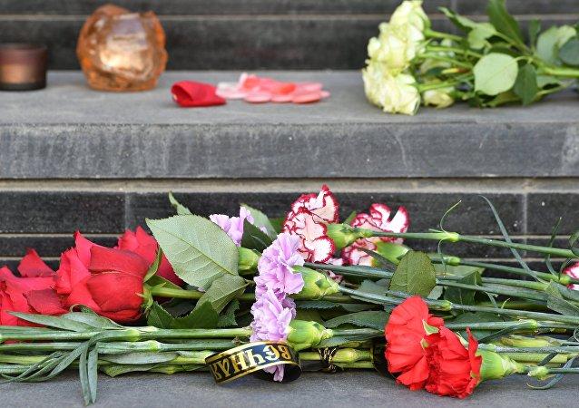 Flores cerca de la Embajada española en Moscú en homenaje a las víctimas de los atentados