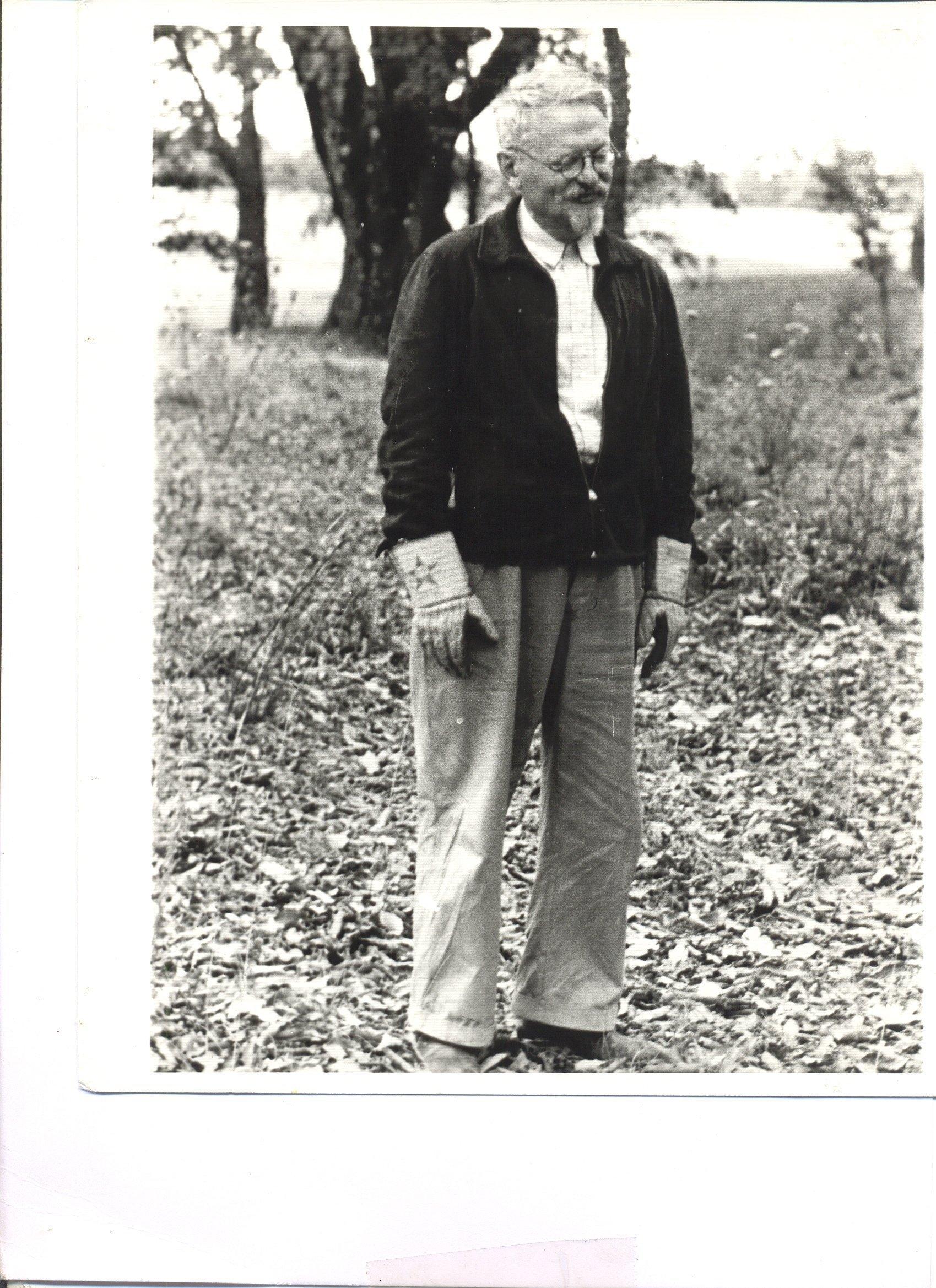 León Trotsky con guantes de jardinero