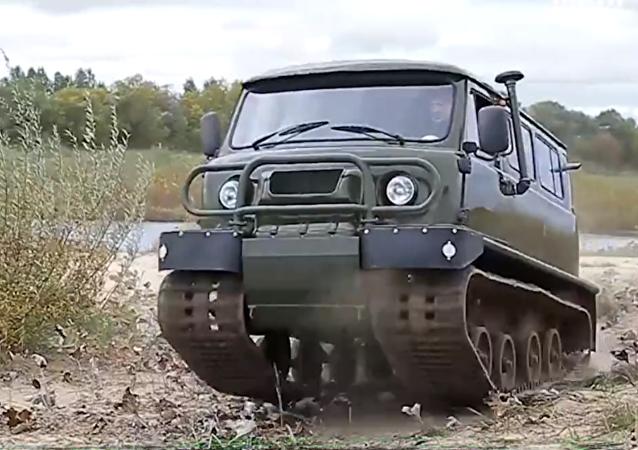 El híbrido del automóvil UAZ 452 y un tractor sobre orugas