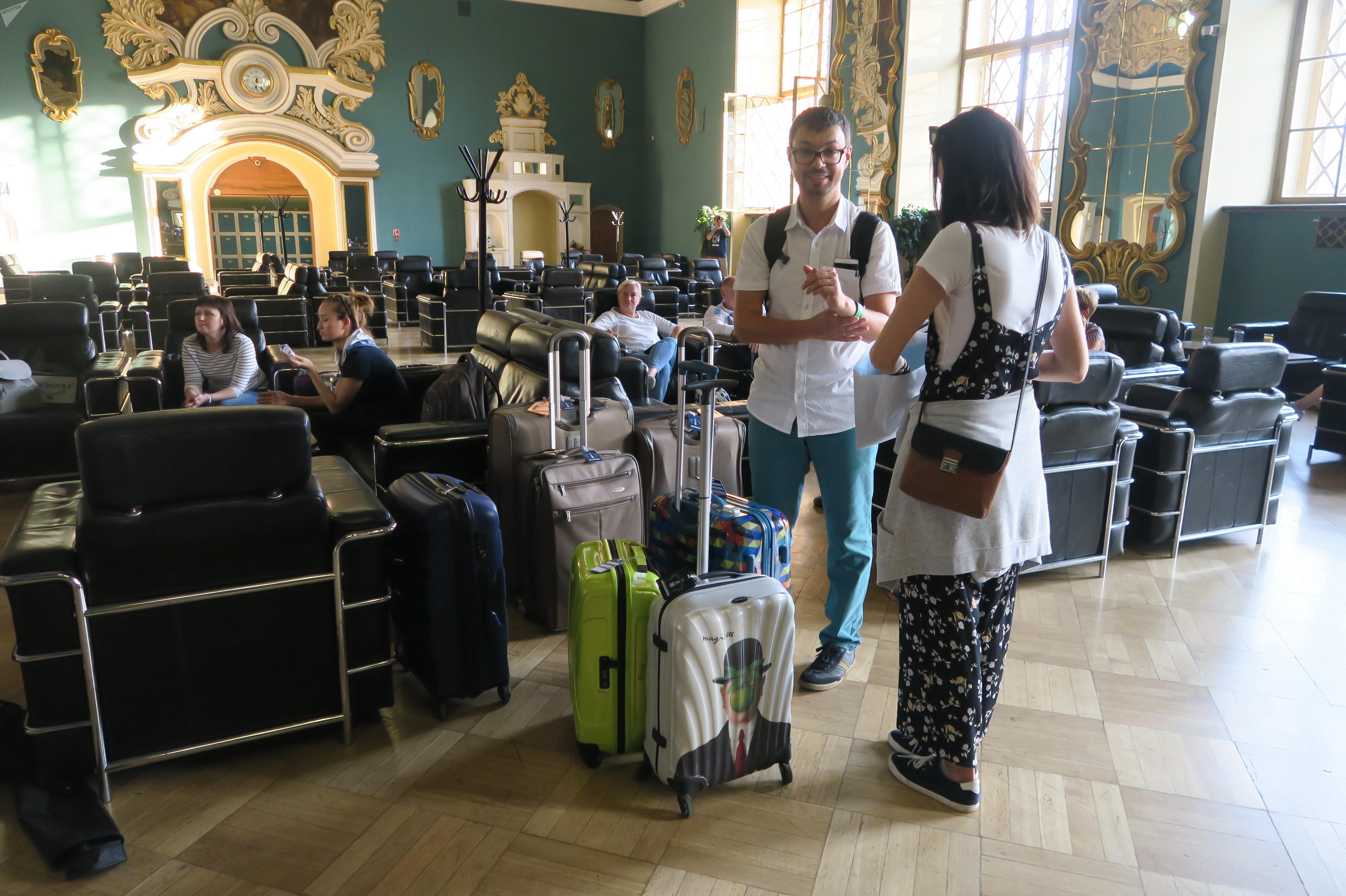 Turistas esperando el tren 'Rusia Imperial' en la estación Kazanski de Moscú