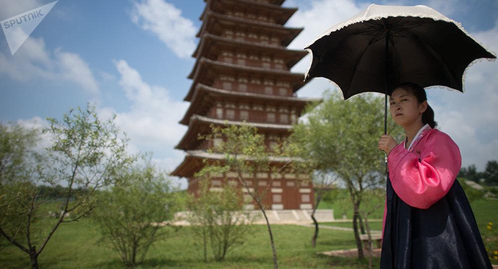 Una chica norcoreana en el parque histórico de Pyongyang