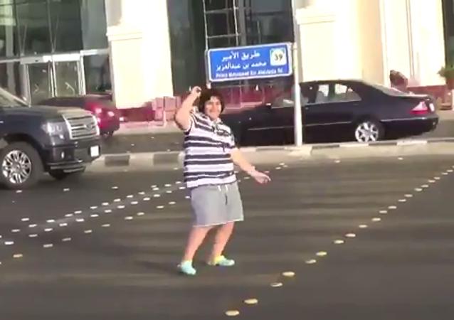 Un niño baila la Macarena en Yeda, Arabia Saudí