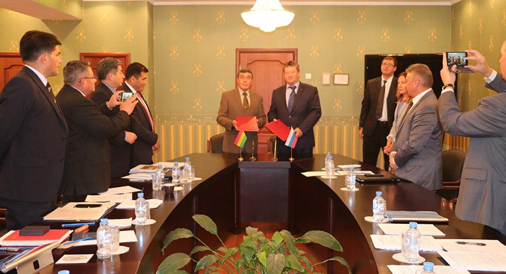 El viceministro de Defensa de Bolivia, José Luis Begazo Ampuero, y el vicedirector del Servicio ruso Federal para la Cooperación Técnico-Militar, Anatoli Punchuk