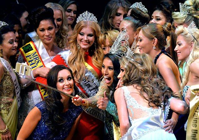Participantes del Mrs. Universo 2015 se hacen un seflie