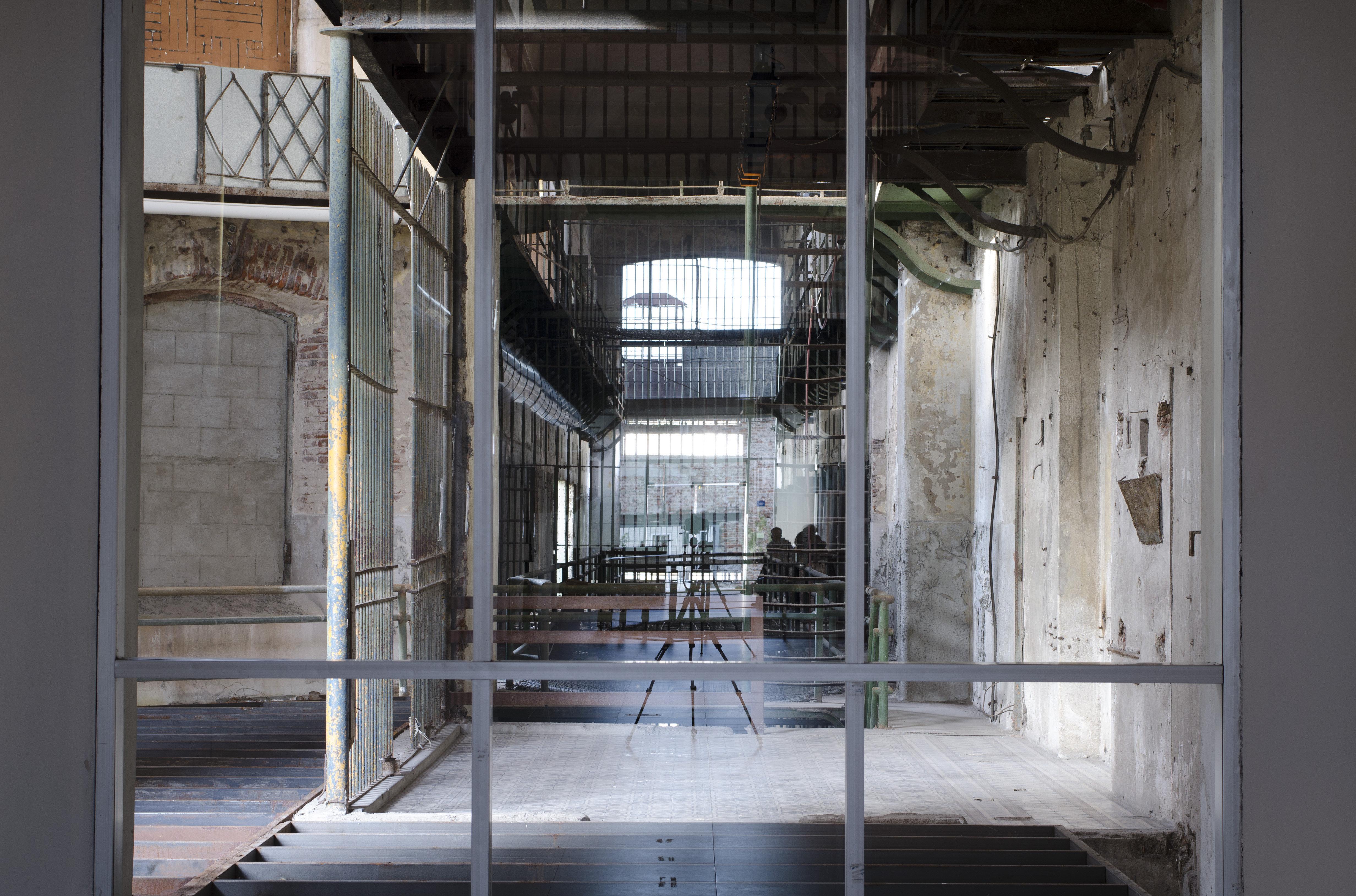 La obra Donde aparecen las distancias, creada por la artista Eugenia Calvo y exhibida en Montevideo en el marco de Bienalsur