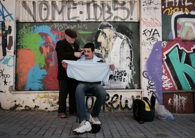 Un peluquero atiende a un cliente en el centro de Atenas (imagen referencial)