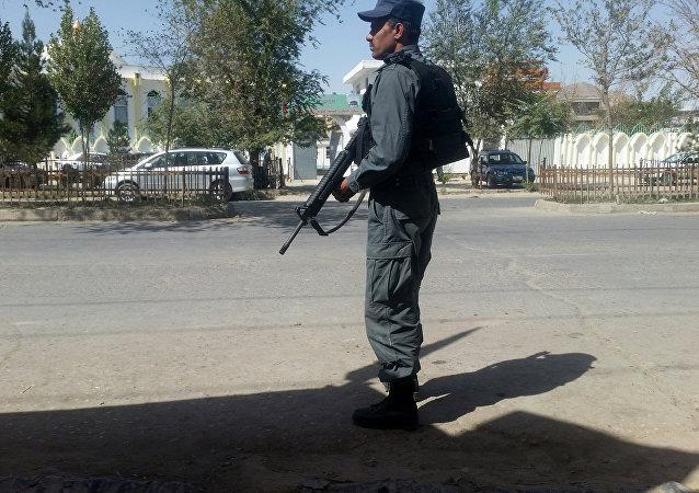 Un policía afgano en el lugar del ataque