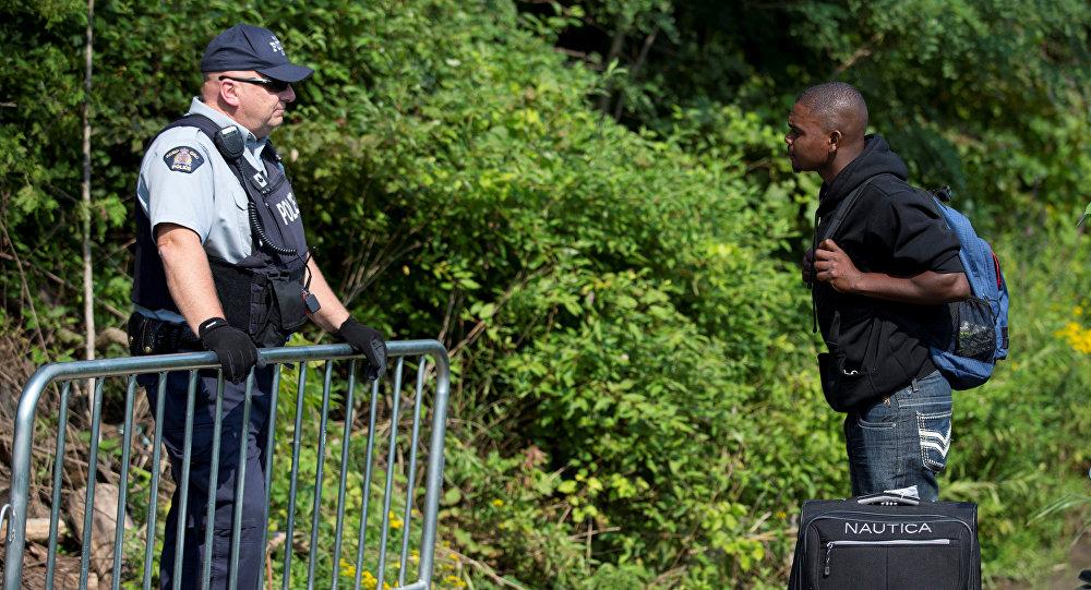 Un hombre haitiano espera cruzar la frontera entre EEUU y Canadá
