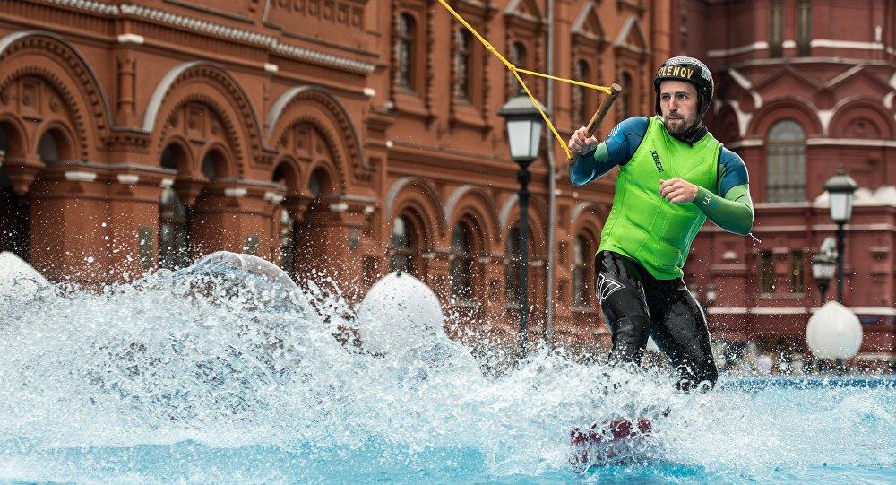 Un hombre practica el esquí acuático