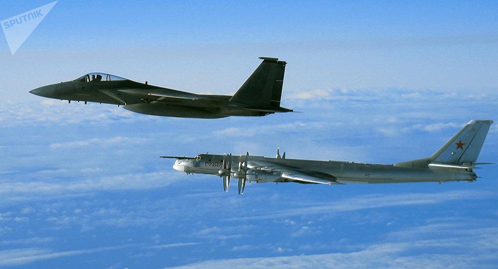 El bombardero ruso Tu-95 y el caza estadounidense F-15