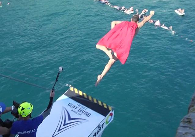 Un 'superman' semidesnudo salta desde acantilados en Crimea