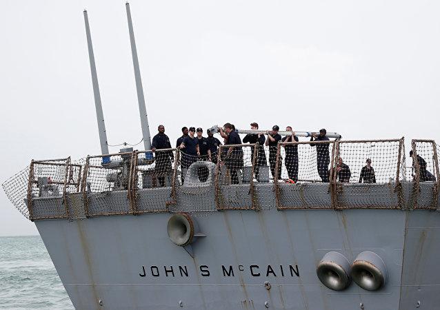 Miembros de tripulación del destructor estadounidense USS John S. McCain