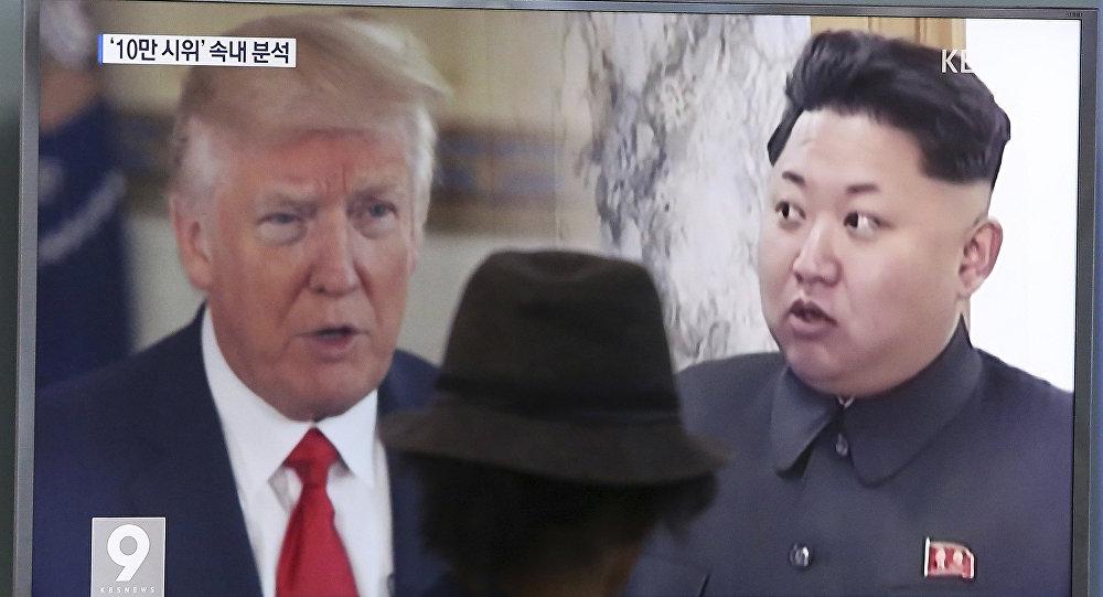 Un hombre mira en la televisión al presidente de EEUU, Donald Trump, y al líder norcoreano, Kim Jong-un